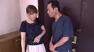 Une épouse japonaise sexy doit se déshabiller et baiser ses voisins