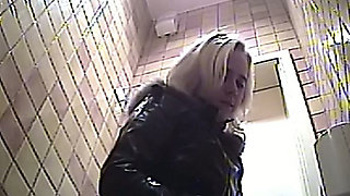 Blonde cute white lady with chunky ass pisses in the toilet