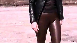 Sexy Leder Cameltoe im Freien zu Fu