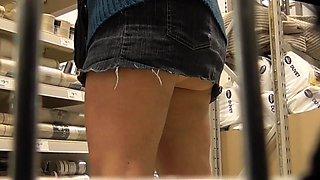 Street voyeur finds a sexy girl with a marvelous ass upskirt
