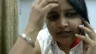 Chunky mature indian bhabhi having phone sex on webcam