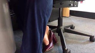 Amigo filma meus pezinhos no escritorio de scarpin alto