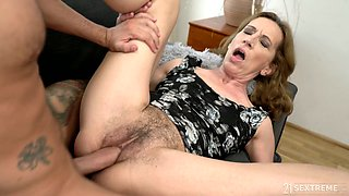 Wrinkled mature whore Viol gets her unshaved pussy fucked doggy well
