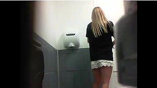 Teen girl pees / hidden cam