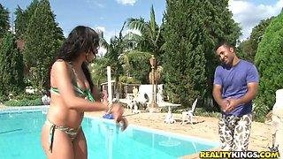 Zesty Katin doxy shows her steamy body in bikini